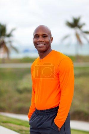 Photo pour Beau entraîneur personnel faisant de l'exercice dans un parc populaire de South Beach à Miami Beach . - image libre de droit