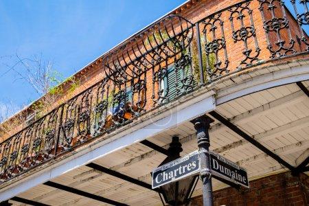 Photo pour Panneau de rue Chartres dans le quartier français de la Nouvelle-Orléans, Louisiane . - image libre de droit
