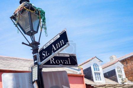 Photo pour Panneau de rue Sainte Ann dans le quartier français de la Nouvelle-Orléans, Louisiane . - image libre de droit