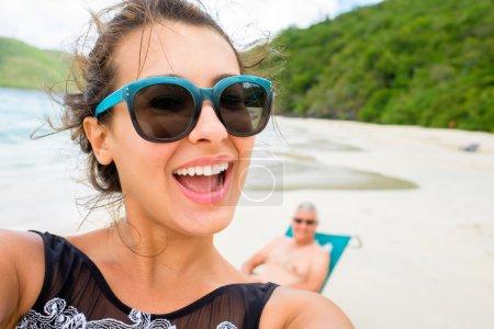 Photo pour Belle jeune femme multiculturelle prenant un selfie sur une plage des Caraïbes . - image libre de droit