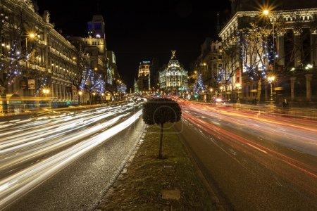 Photo pour La ville de madrid, éclairée la nuit - image libre de droit