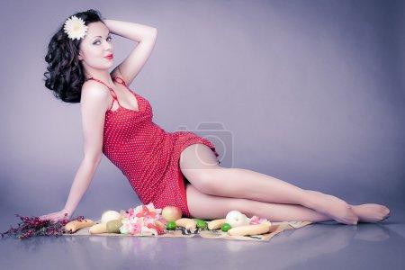 Photo pour Pin up fille en robe rouge sur pic-nic - image libre de droit