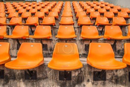 Photo pour Avant des sièges orange sur le stade - image libre de droit
