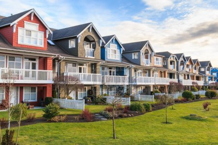 Photo pour Une rangée de maisons neuves à Richmond, Colombie-Britannique - image libre de droit