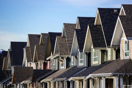 Photo pour Immobilier. Une rangée de nouvelles maisons de ville . - image libre de droit