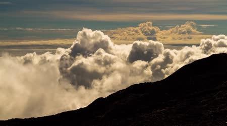 Timelapse mraky nad pohoří, Réunion, piton de la fournaise 02