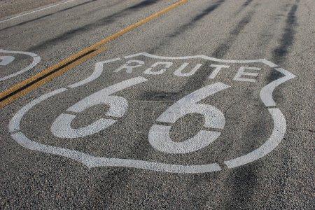 Photo pour Des traces de dérapage traversent le cœur d'un panneau de la Route 66 sur l'Iconic Highway . - image libre de droit