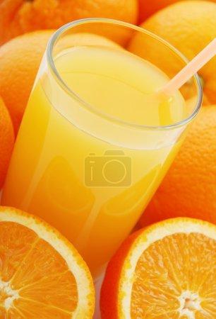 Photo pour Jus d'orange et oranges sur fond blanc - image libre de droit