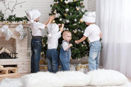 Photo pour Enfants décorent l'arbre de Noël avec beaux jouets - image libre de droit