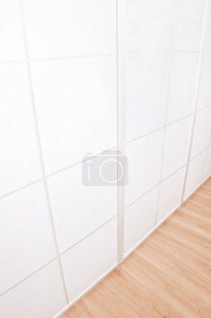 Foto de Paredes blancas y piso de madera, habitación vacía - Imagen libre de derechos