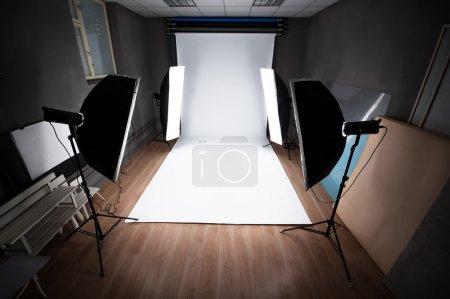 Photo pour Intérieur et équipement d'un studio photographique prêt pour la réalisation de la photosession - image libre de droit