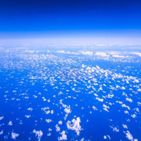 Photo pour Belle vue ciel nuageux depuis la fenêtre de l'avion - image libre de droit