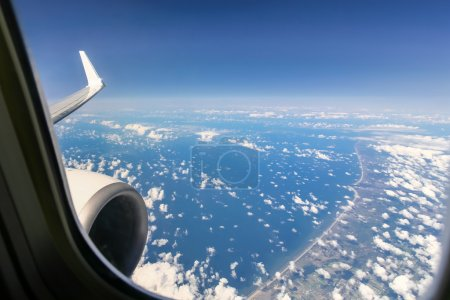 Photo pour Belle vue ciel nuage depuis la fenêtre de l'avion - image libre de droit