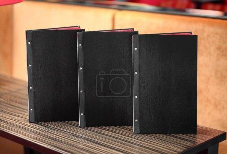 Photo pour Intérieur du restaurant moderne, avec un menu sur la table - image libre de droit