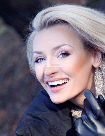 Photo pour Portrait de femme blonde souriante joyeuse avec beau sourire pleines dents. fille regardant la caméra. - image libre de droit