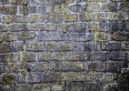 Photo pour Mur de briques rugueux. Pierres et rochers . - image libre de droit