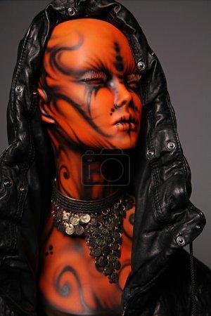 Photo pour Fille de mannequin peintes en veste en cuir - image libre de droit
