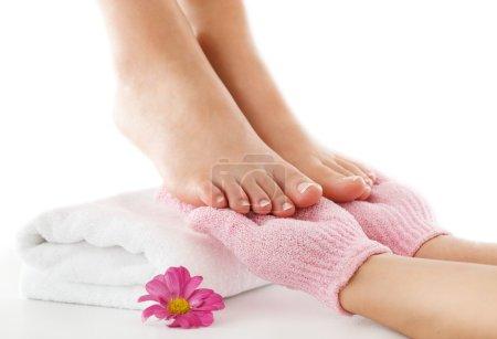 Photo pour Femme bénéficie d'un traitement des pieds . - image libre de droit