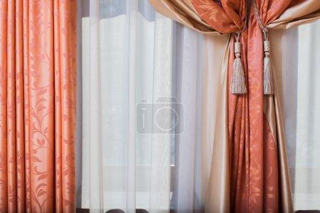 Photo pour Salle intérieure. rideaux. rideaux. dans la chambre. très confortable - image libre de droit
