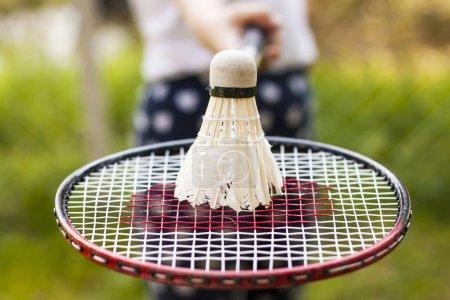 Photo pour Gros plan sur la raquette de badminton avec Shuttlesock - image libre de droit