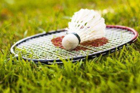 Photo pour Gros plan du volant et raquette de badminton - image libre de droit