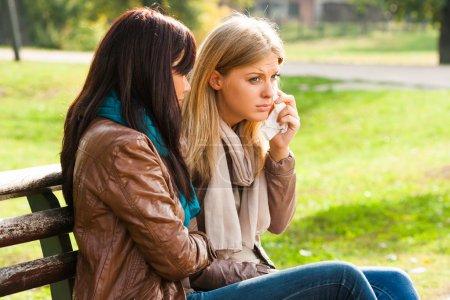 Foto de Amigo consolando a una amiga llora. amistad. al aire libre. - Imagen libre de derechos