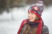 Mladí Omán hravé během zimní svátky dovolenou mimo v lese sněhu