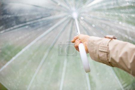 Photo pour Parapluie de tenue de femme. mettre l'accent sur place - image libre de droit