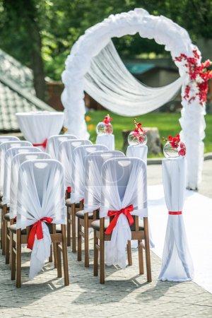 Photo pour Mariage en plein air dans le jardin d'été - image libre de droit