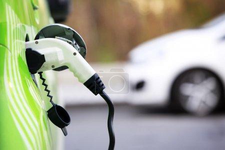 Photo pour Chargement d'énergie d'une voiture électrique à prague République tchèque - image libre de droit