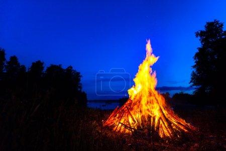 grand feu de joie dans le ciel de nuit