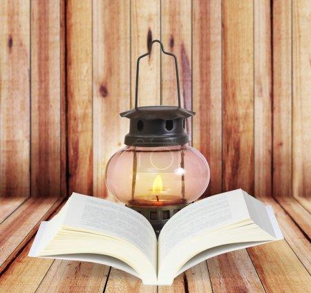 Photo pour Livre ouvert sur les planches de bois fond - image libre de droit