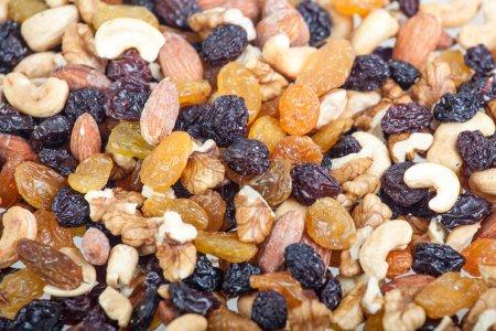 Photo pour Noix mélangées et raisins secs - image libre de droit