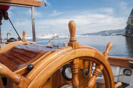 Photo pour Volant vieux bateau en bois - image libre de droit