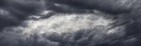 Photo pour Nuages spectaculaires, panorama - image libre de droit