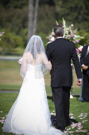 Photo pour Père fille marche dans l'allée sur son mariage - image libre de droit
