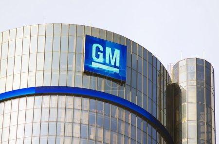Photo pour Tour du général motors bâtiment siège au centre-ville de detroit avec le logo de g.m.. - image libre de droit
