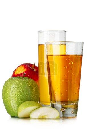 Photo pour Jus de pomme frais dans des verres highball aux pommes rouges et vertes - image libre de droit