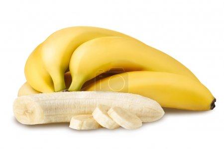 Foto de Un montón de plátanos maduros cerca del plátano pelado y rodajas de banana - Imagen libre de derechos