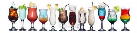 Photo pour Grande collection de cocktails estivaux rafraîchissants dans des verres transparents - image libre de droit