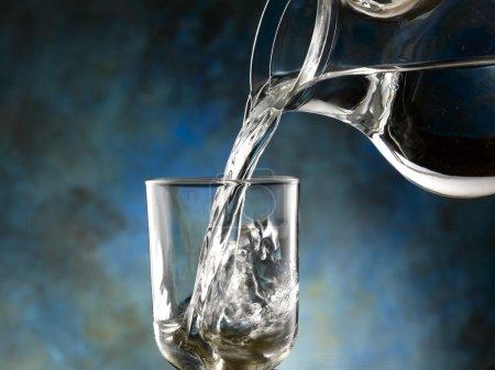 Photo pour Verre d'eau froide - image libre de droit