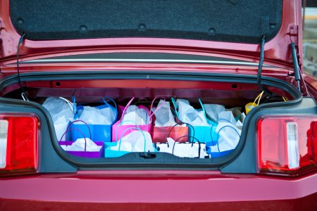Photo pour Sacs à provisions en voiture - image libre de droit