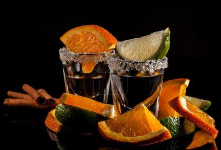 Photo pour Tequila d'or et d'argent avec citron vert ou citron et orange - image libre de droit