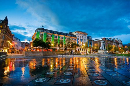 Photo pour Les jardins de Piccadilly est la place principale, entourée de magasins et de bureaux dans un centre de la ville de manchester, Royaume-Uni - image libre de droit
