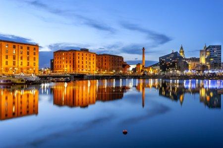 Photo pour Skyline de front de mer de Liverpool avec ses bâtiments célèbres comme pierhead, quai albert, sel maison ferry terminal etc.. - image libre de droit