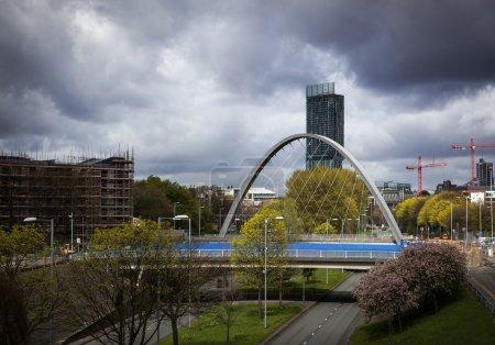 Photo pour Hulme arch bridge et beetham tower vu de princesse route qui mène au centre ville de manchester - image libre de droit