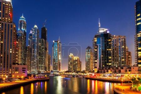 Photo pour Skyline des gratte-ciel modernes à Dubai Marina, EAU . - image libre de droit