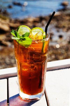 Photo pour Cocktail cola au citron et menthe sur fond blanc - image libre de droit