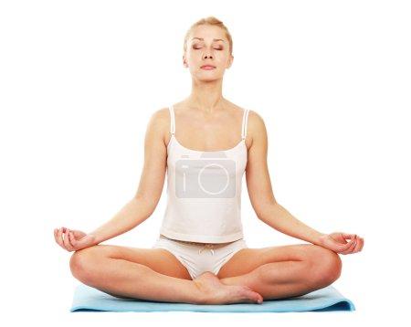 Photo pour Jeune femme faisant du yoga isolé sur fond blanc - image libre de droit