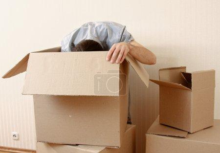 Photo pour Homme debout près des boîtes - image libre de droit